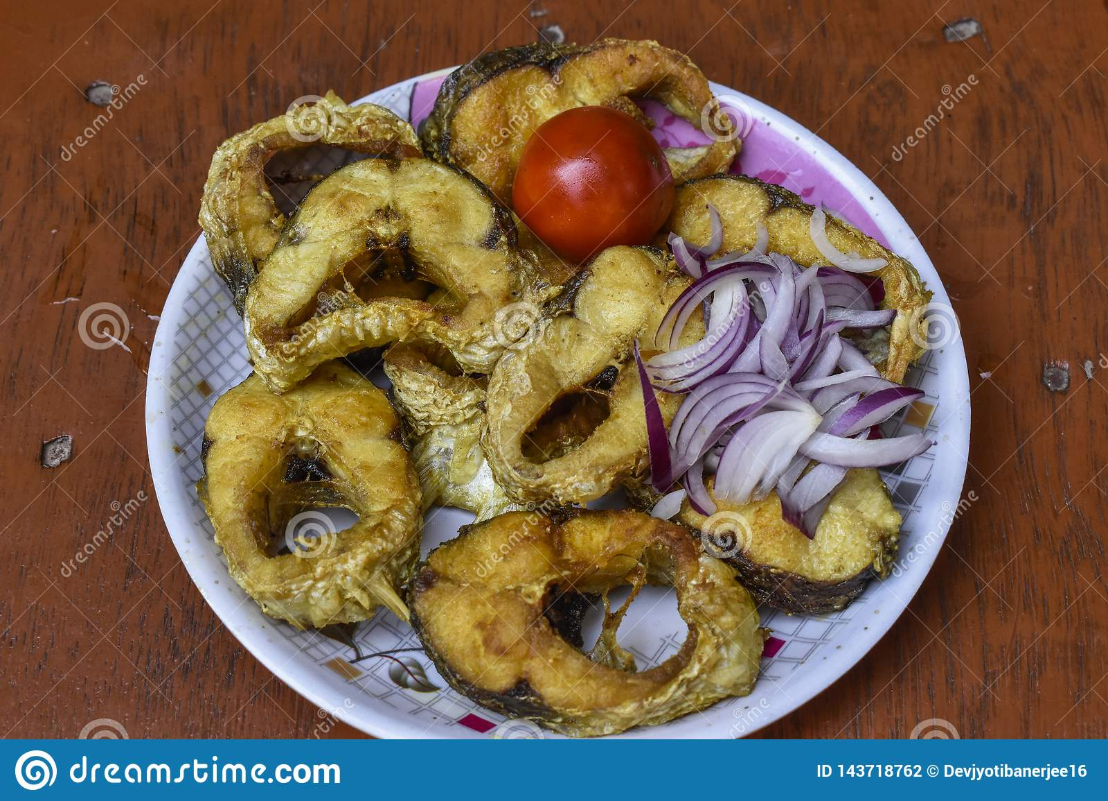 Зажаренная рыба, французский картофель фри, coleslaw, Hush Puppies, еда содержа поколоченных или обвалянных в сухарях зажаренных