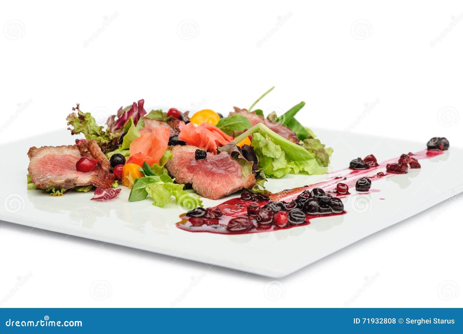Зажаренное мясо с соусом клюквы и blackcurrant