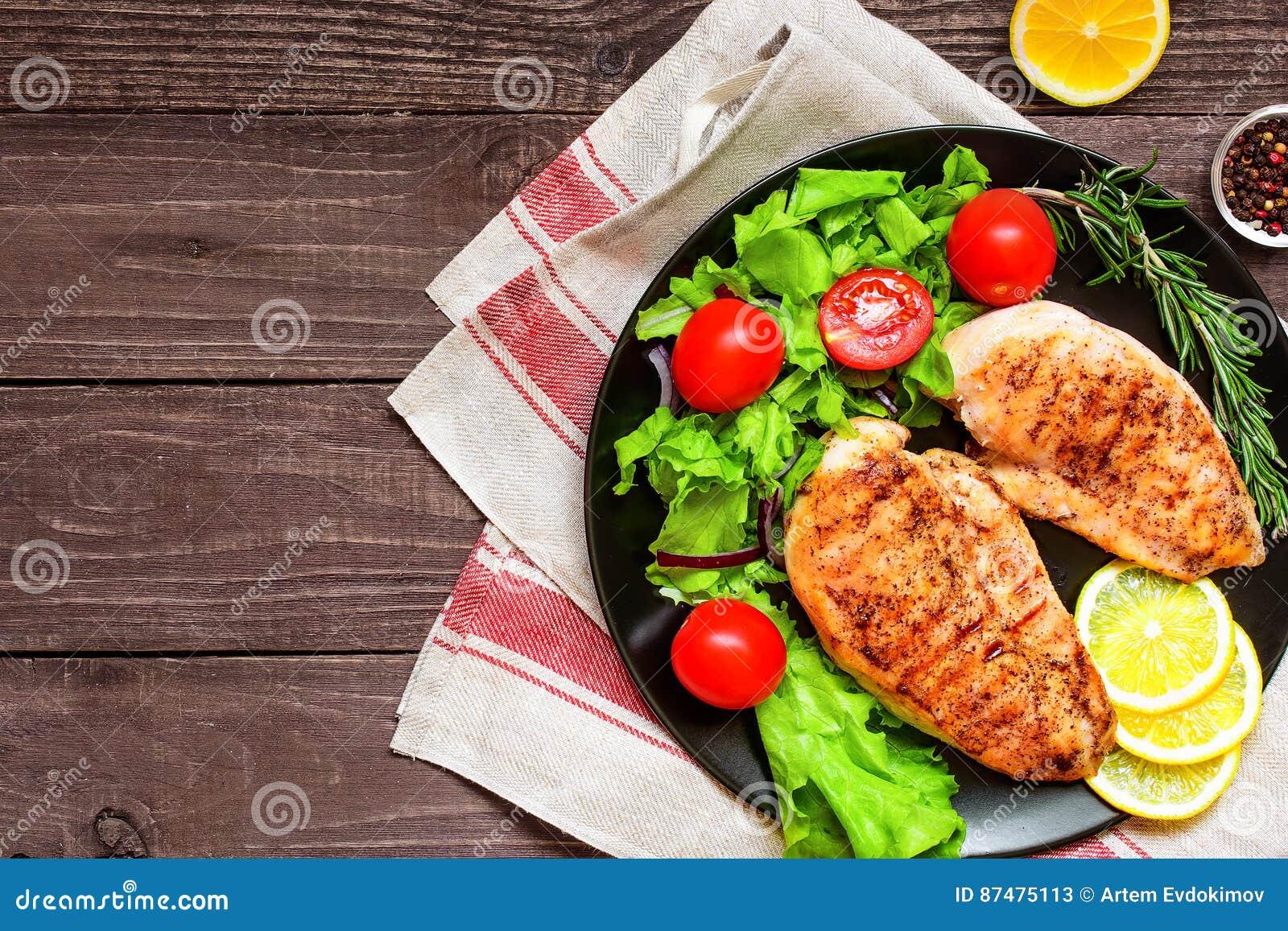 Зажаренное филе куриной грудки на плите