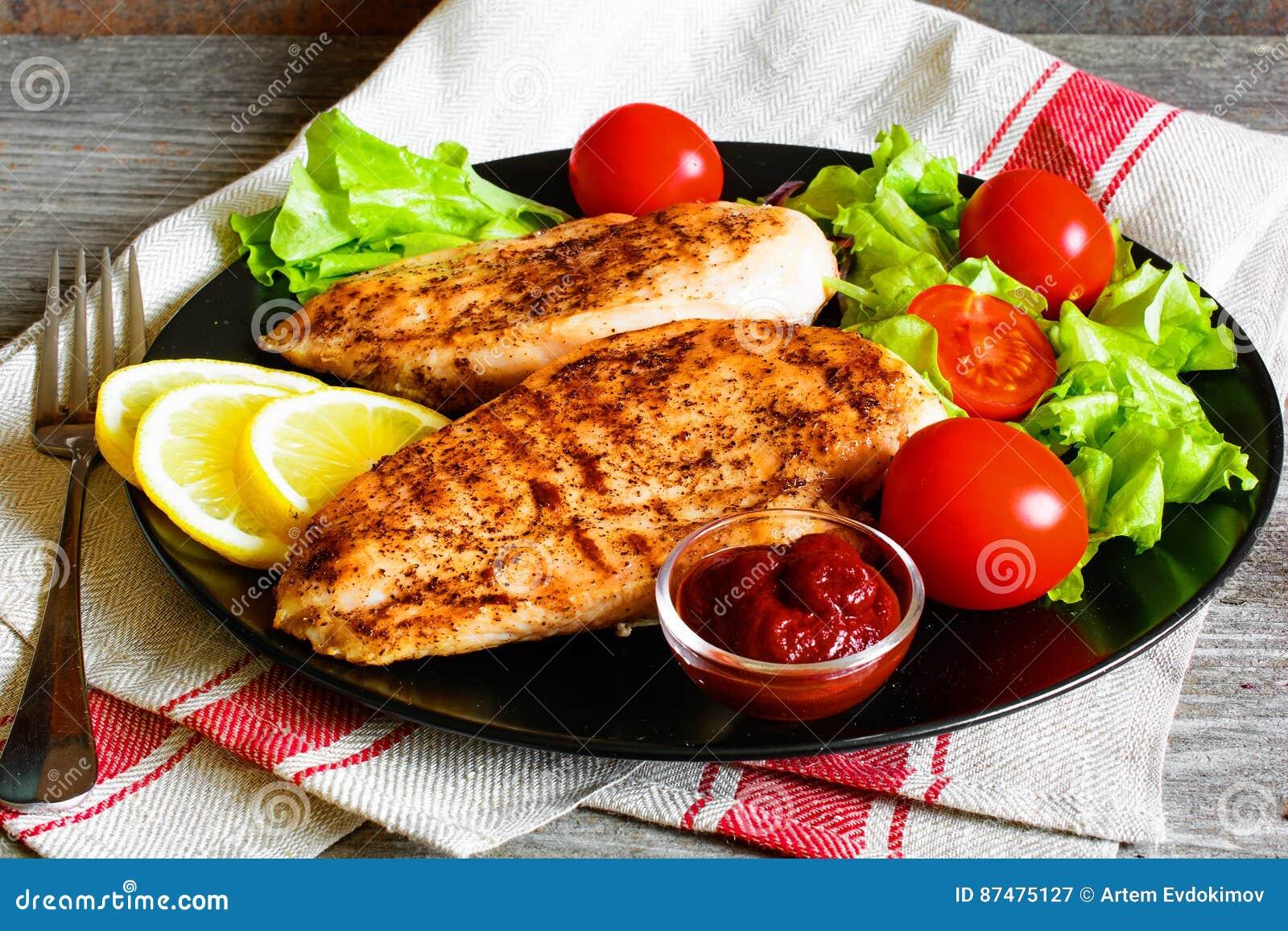Зажаренное филе куриной грудки служило с свежими овощами