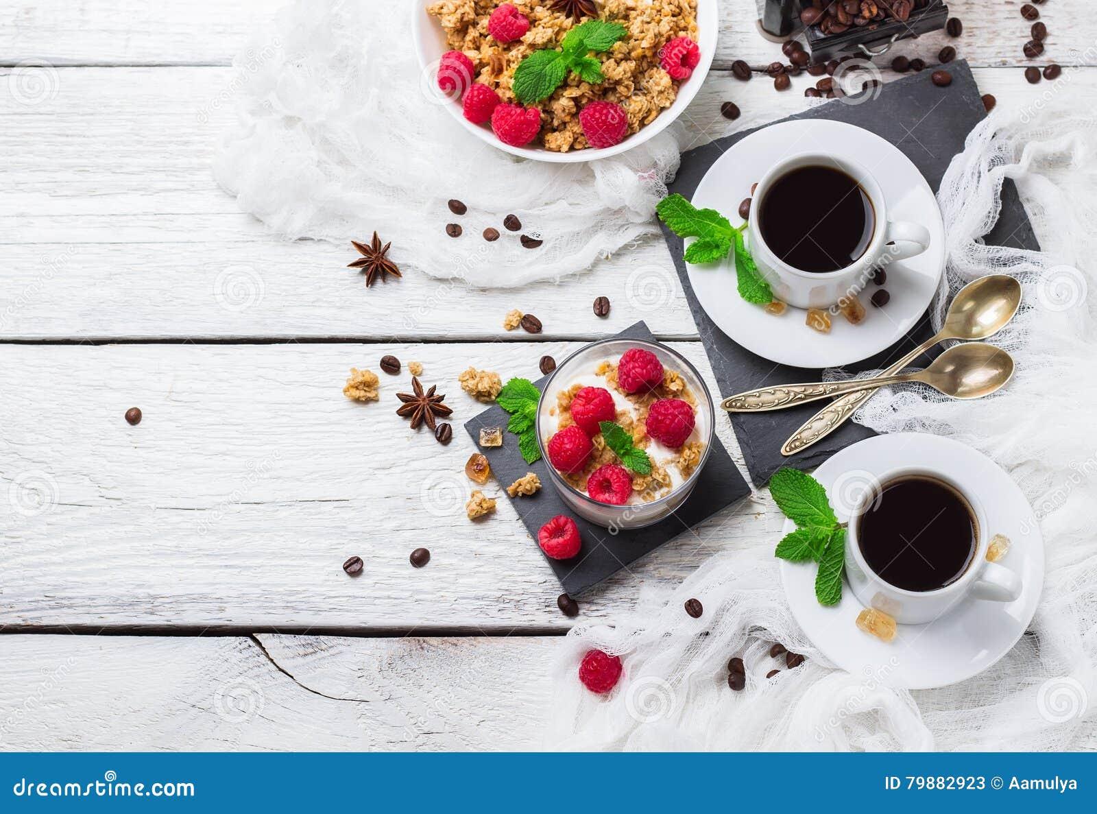 зажаренное яичко чашки принципиальной схемы кофе завтрака Югурт ягод granola muesli кофе домодельный