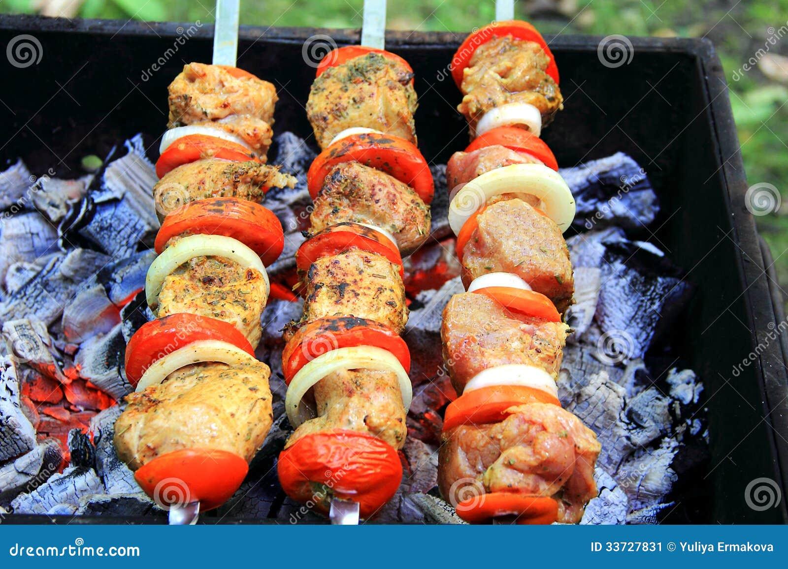 Зажаренные мясо, томат и лук