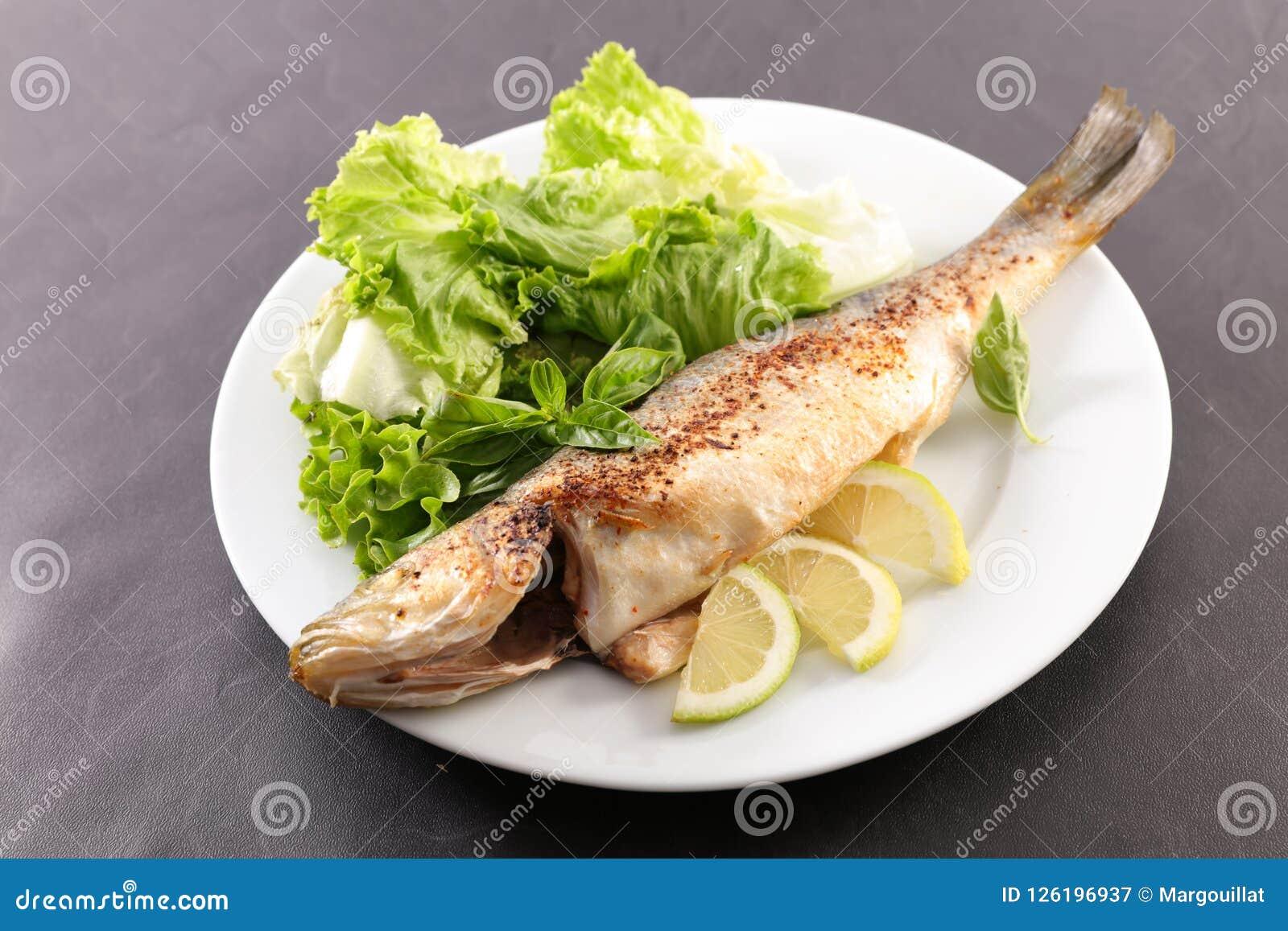 Зажаренные рыбы и салат