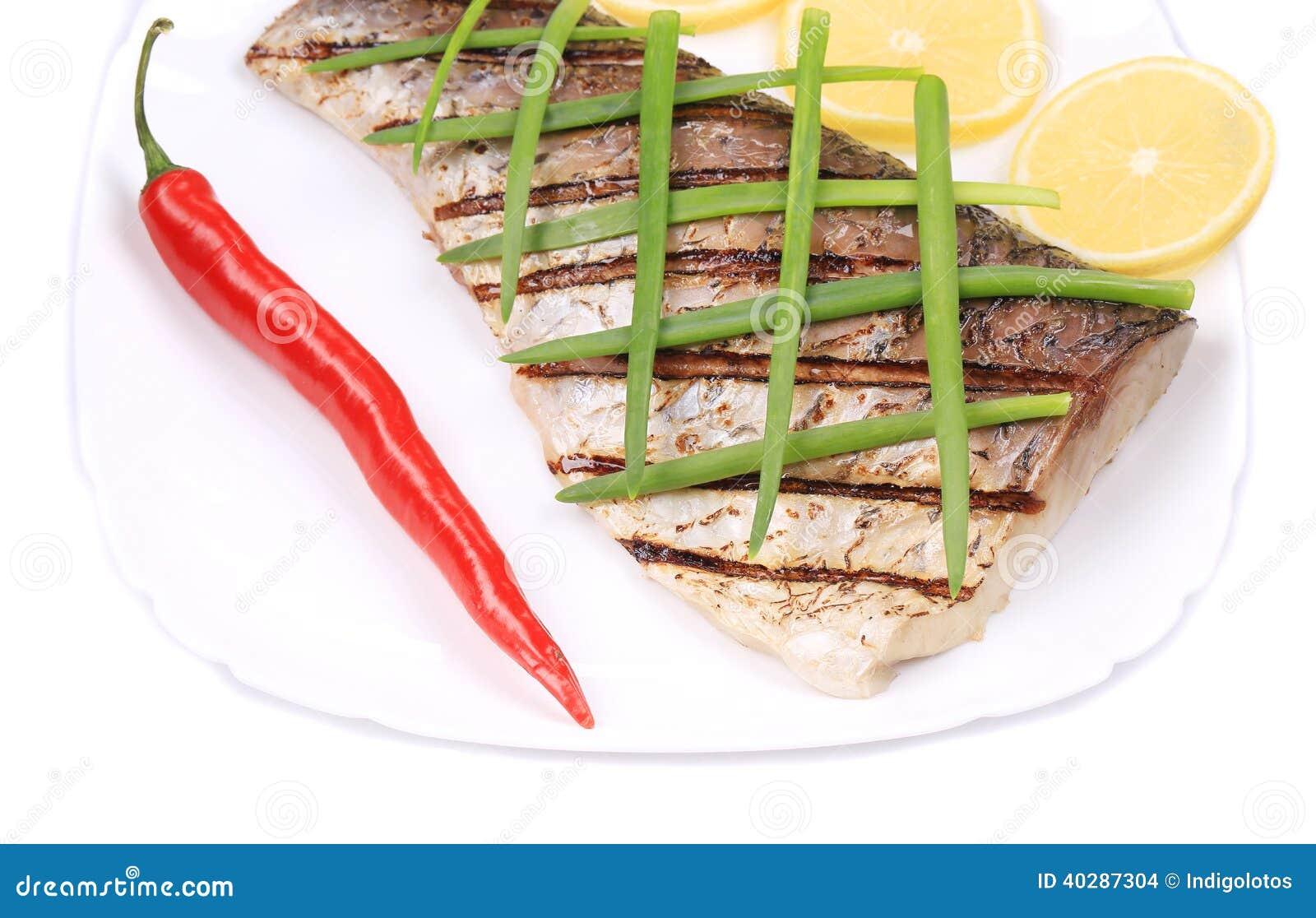 Зажаренные рыбы с лимоном.