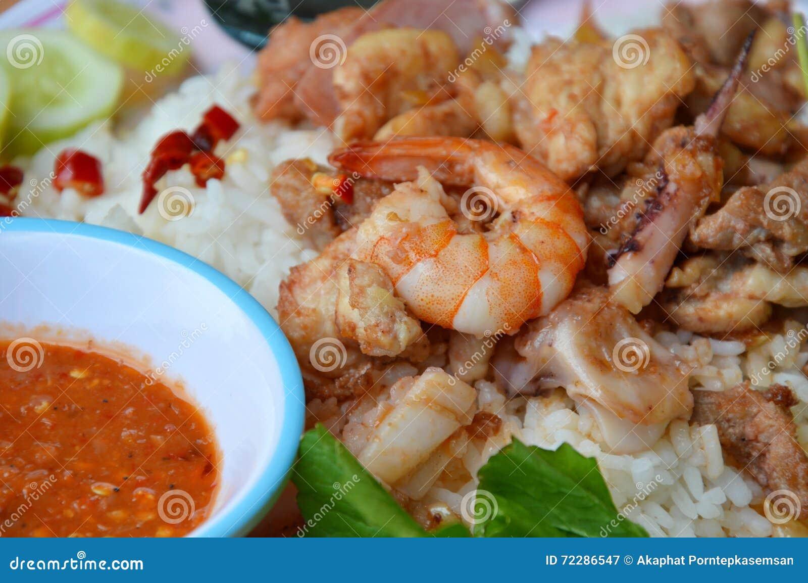 Download Зажаренные смешанные морепродукты и мясо с чесноком на рисе Стоковое Изображение - изображение насчитывающей пенни, индийско: 72286547