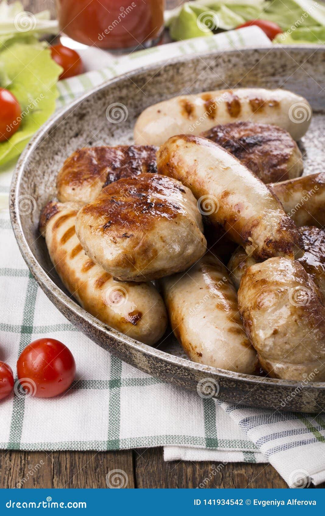 Зажаренные сосиски и бургеры цыпленка