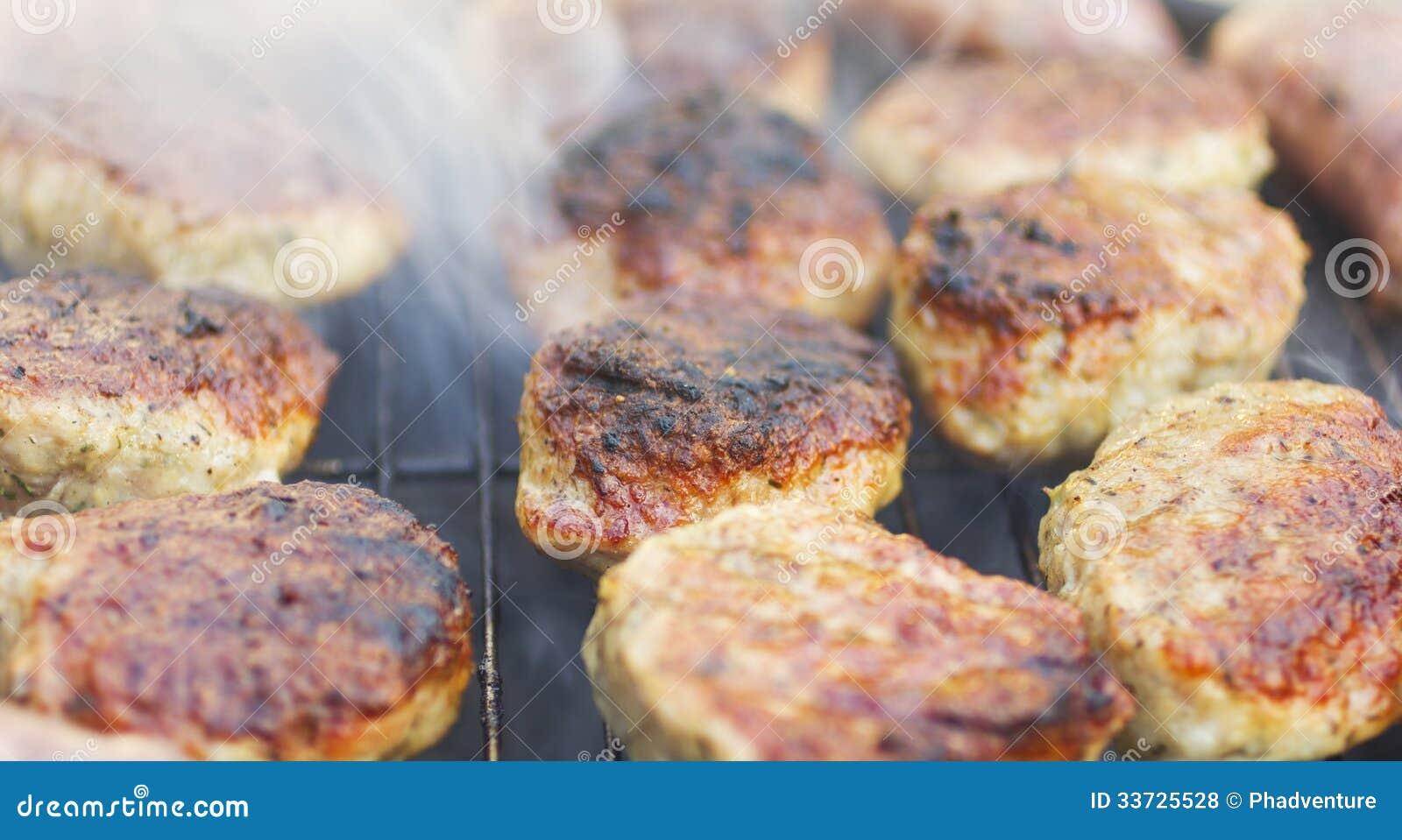 Зажаренные сосиски и фрикадельки