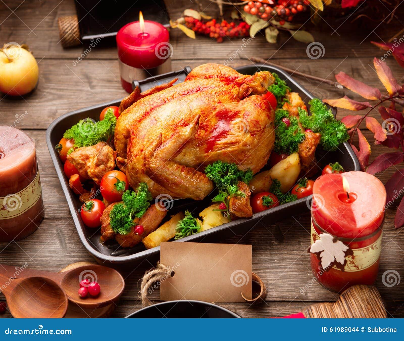 Зажаренный в духовке индюк гарнированный с картошкой Благодарение или рождественский ужин