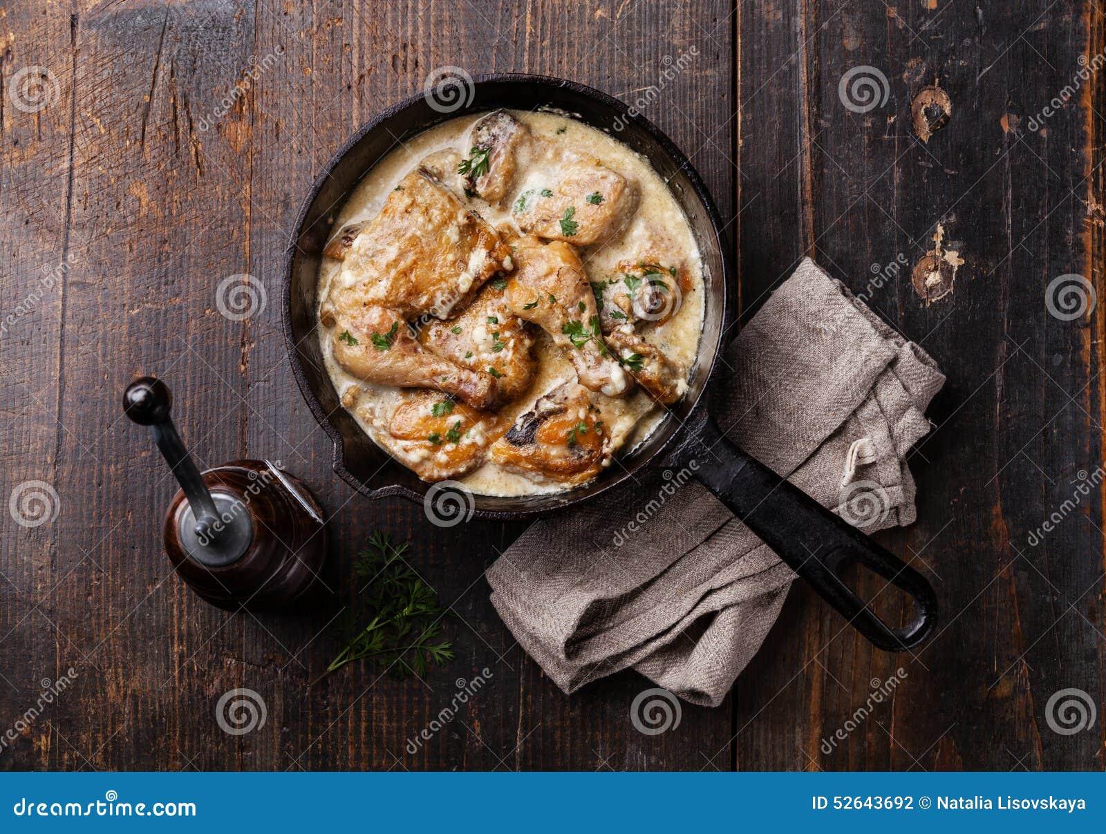 Зажаренный в духовке цыпленк цыпленок с сметанообразным соусом чеснока