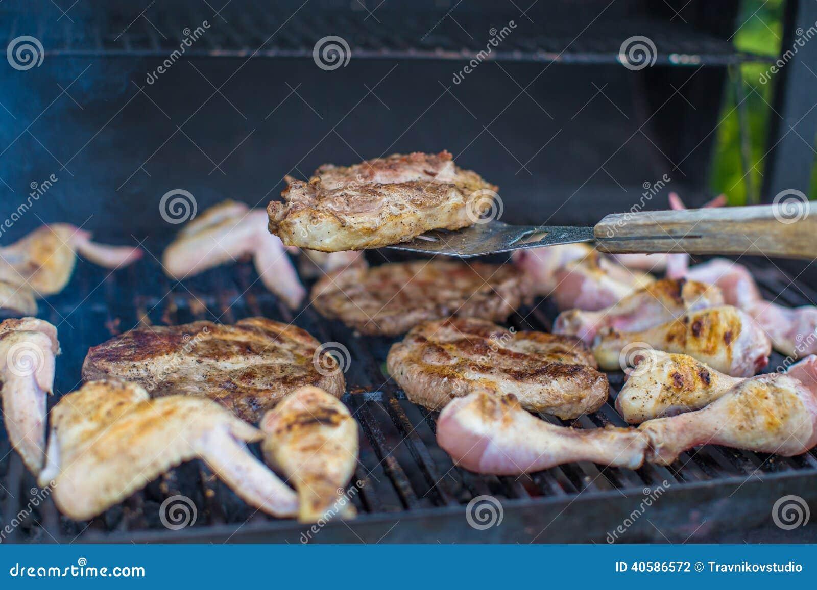 Зажаренный стейк варя на открытом барбекю