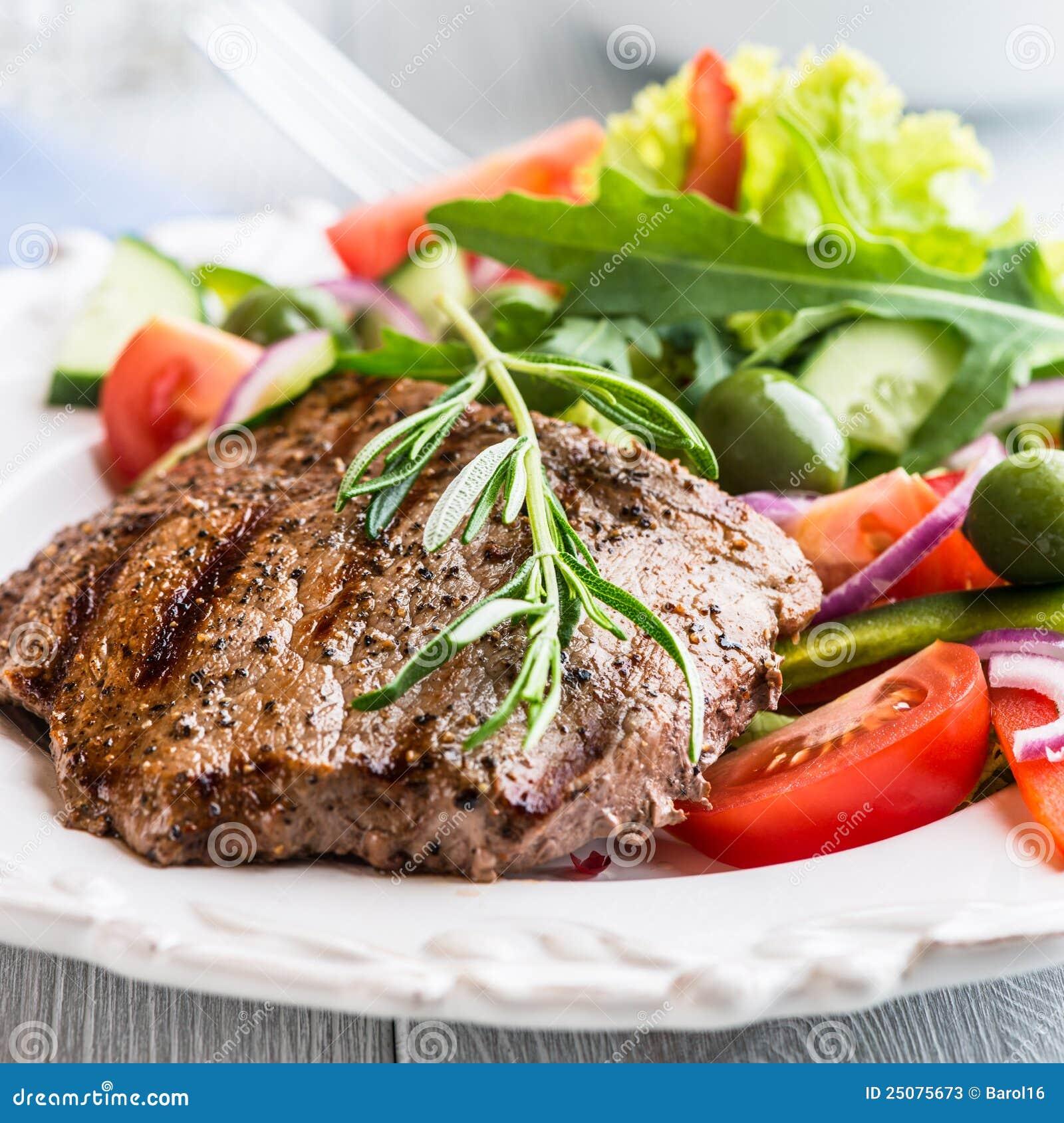 зажженный говядиной стейк салата