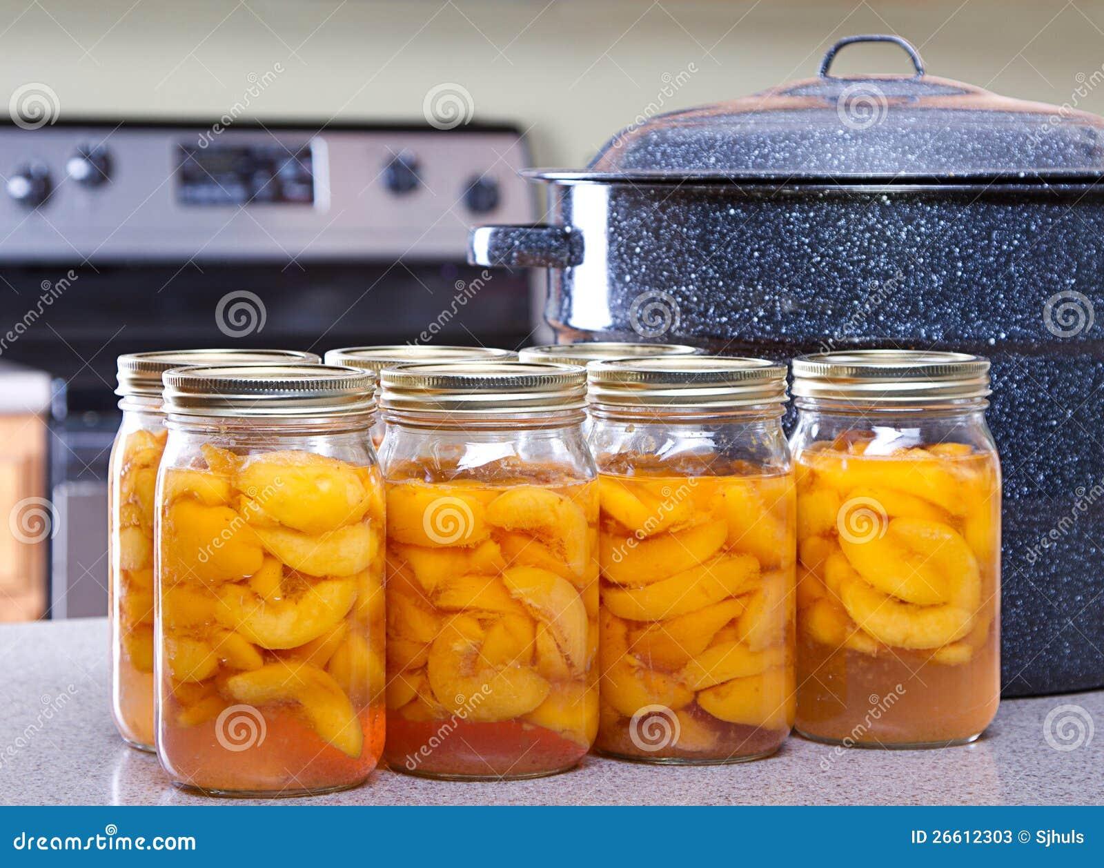 Законсервированные персики с большими баком или canner