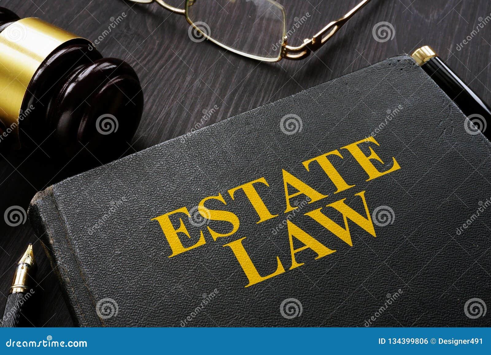 Закон и молоток имущества книги на таблице