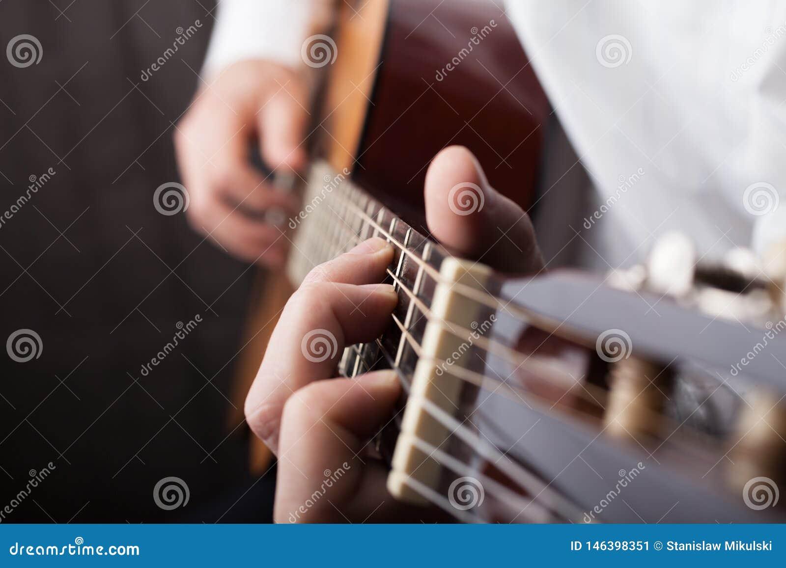 Закройте вверх будучи игранным гитары