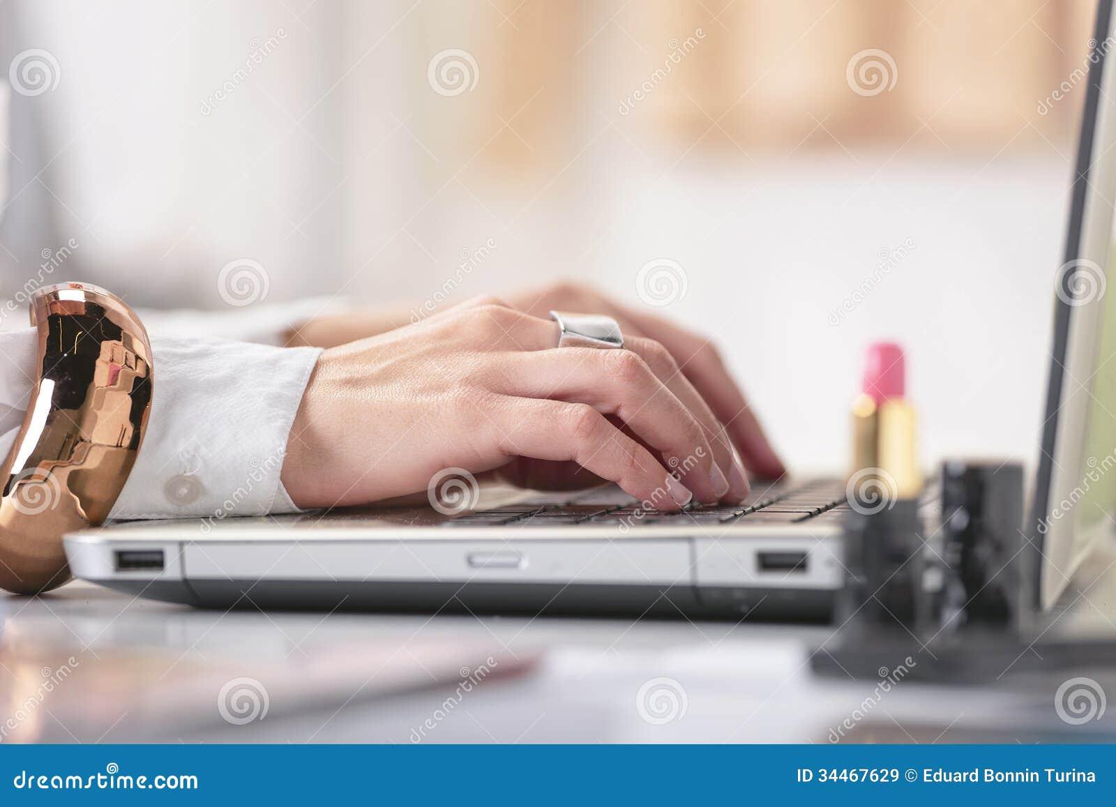Закройте вверх блоггера женщины руки моды работая в творческом w