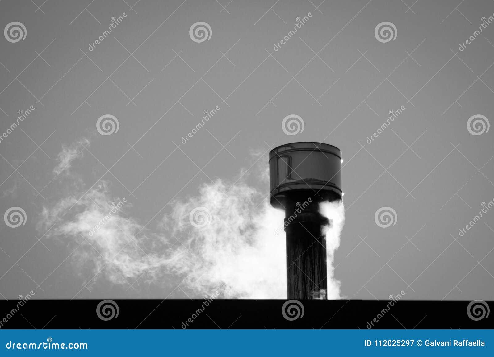 Закройте вверх дыма приходя вне от печной трубы