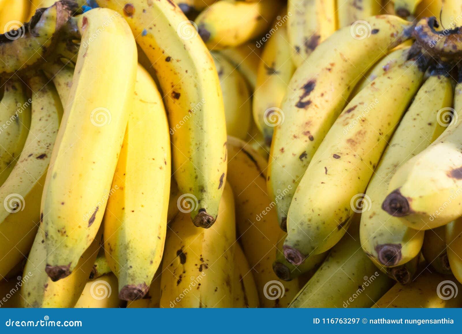Закройте вверх зрелого желтого банана