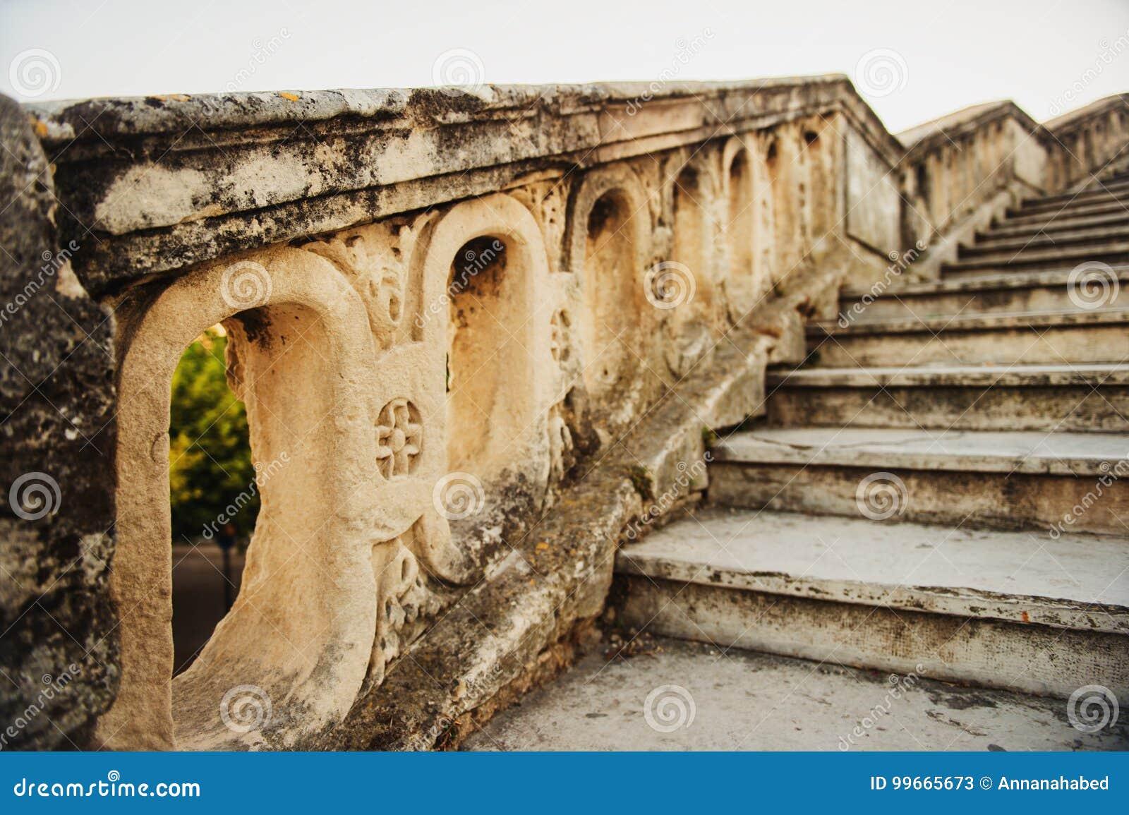 Закройте вверх каменного мост-водовода St Clement лестниц в Монпелье