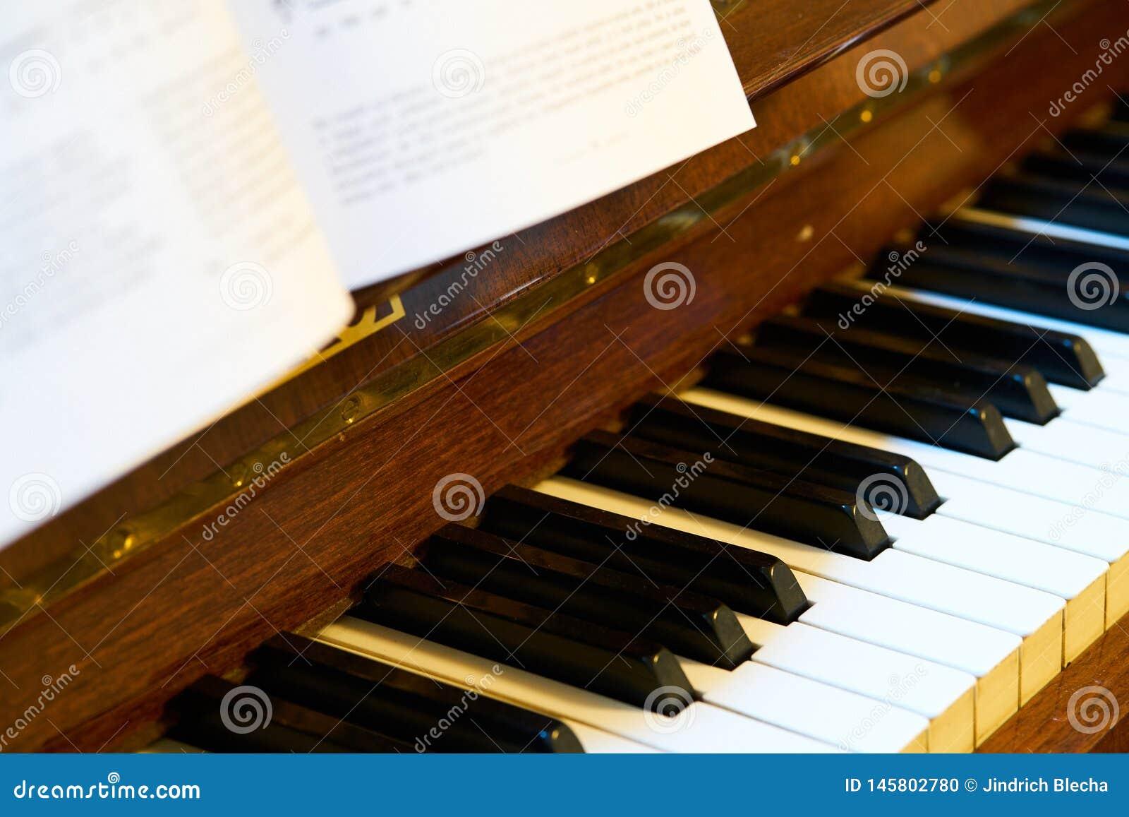 Закройте вверх классической клавиатуры рояля