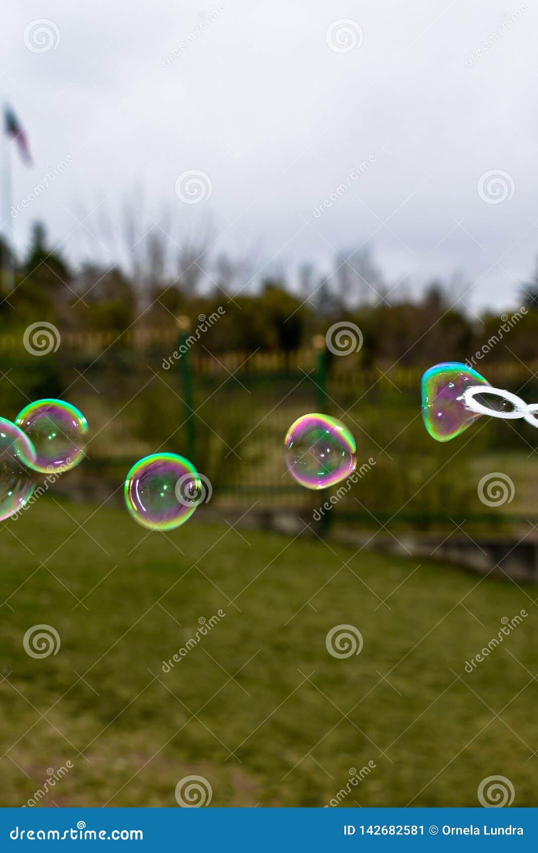 Закройте вверх красочных пузырей мыла