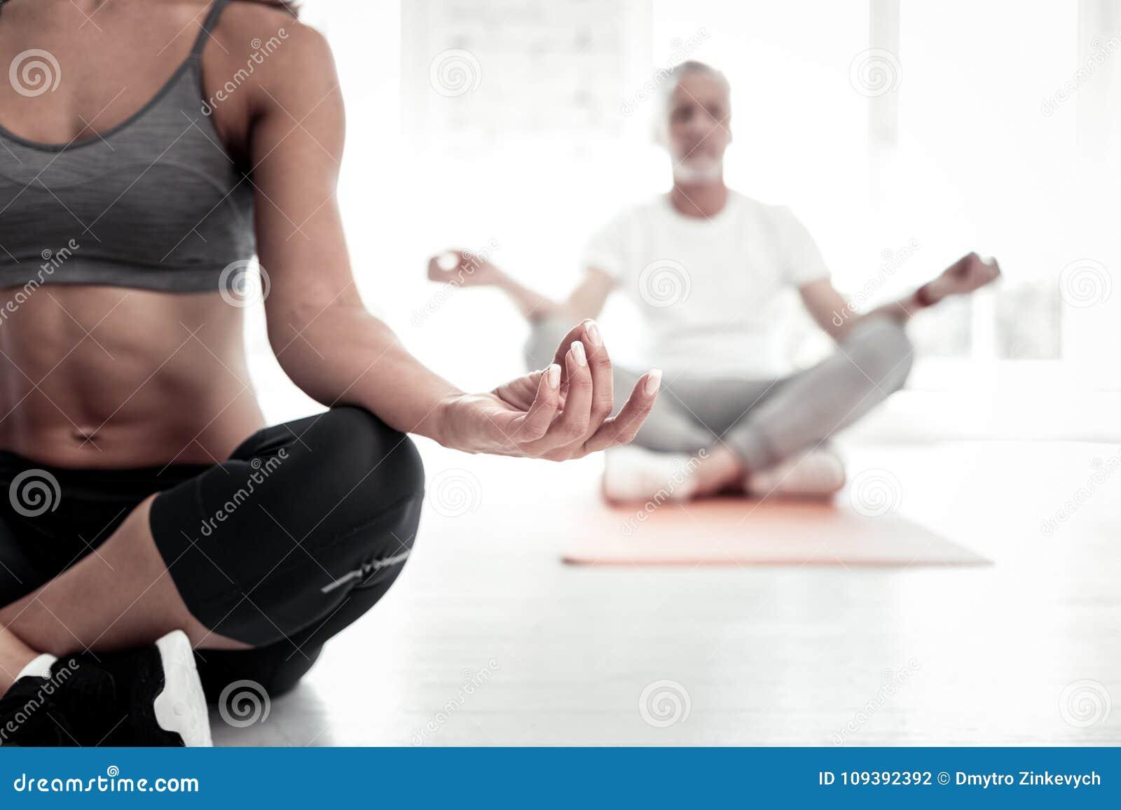 Закройте вверх молодой женский размышлять учителя йоги