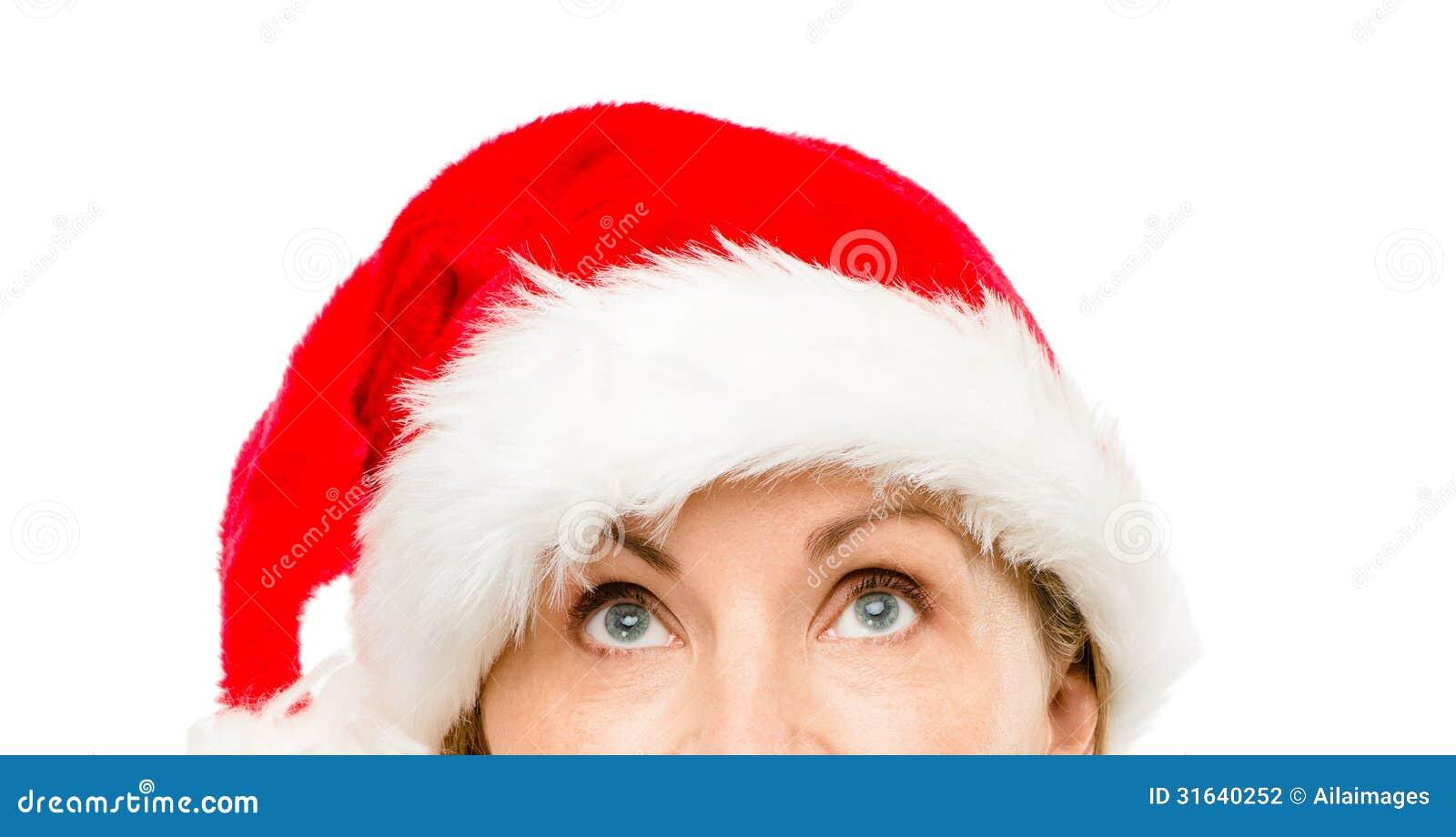 Закройте вверх довольно зрелой женщины нося шляпу santa для рождества