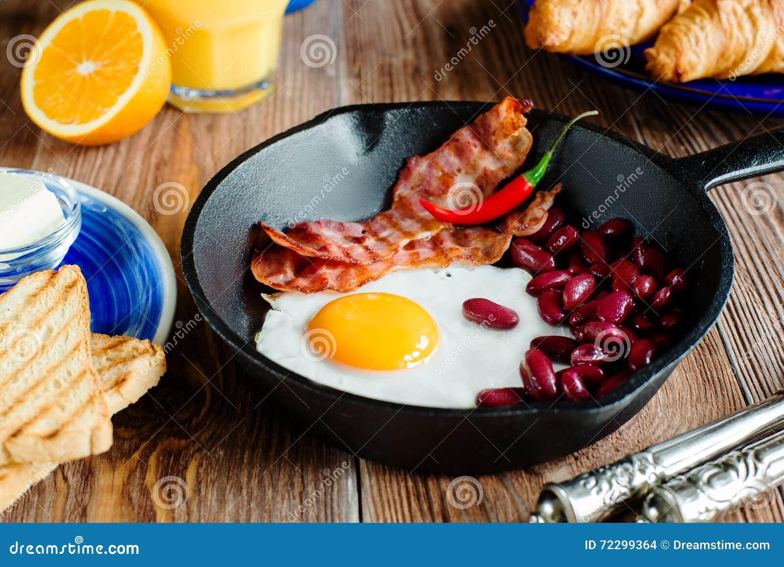 Download Закройте вверх по английскому завтраку в деревенском стиле Стоковое Фото - изображение насчитывающей beanie, бульвара: 72299364