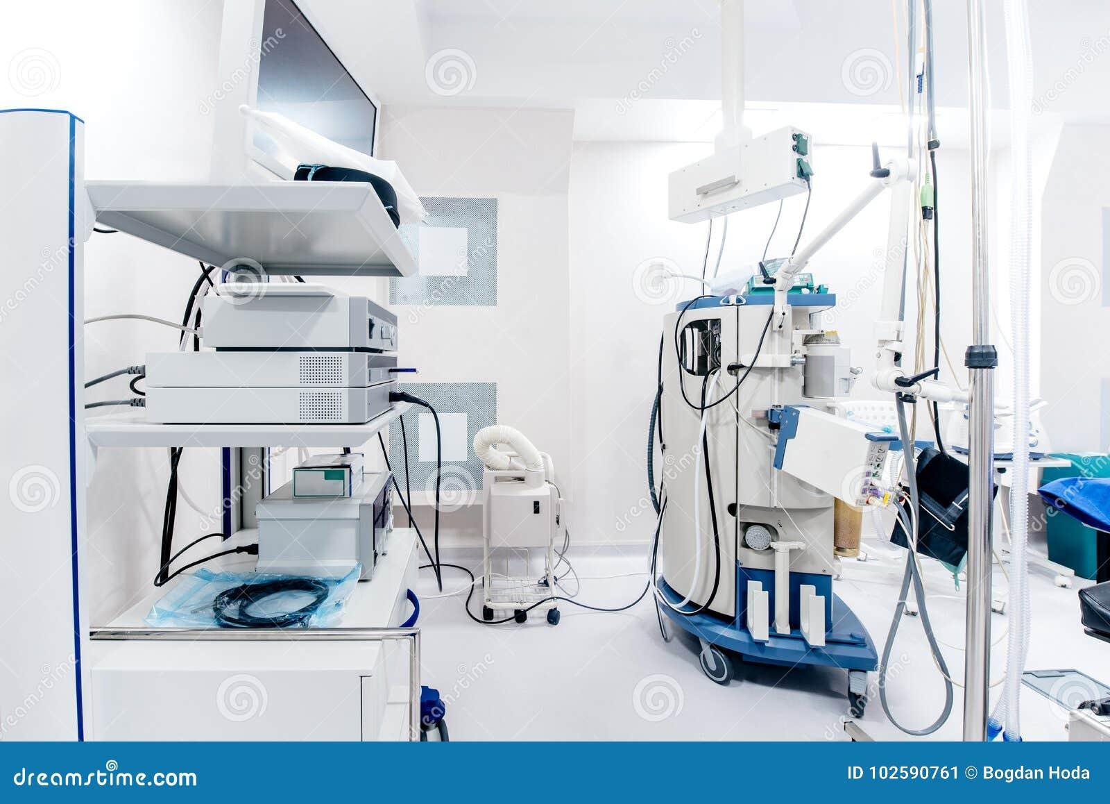 Закройте вверх по деталям интерьера операционной больницы Медицинские службы и мониторы искусственного жизнеобеспечения