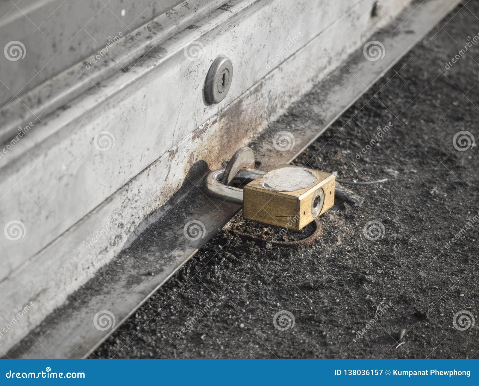 Закройте вверх по ключевому замку на двери шторки с выборочным фокусом цвета, monochrome