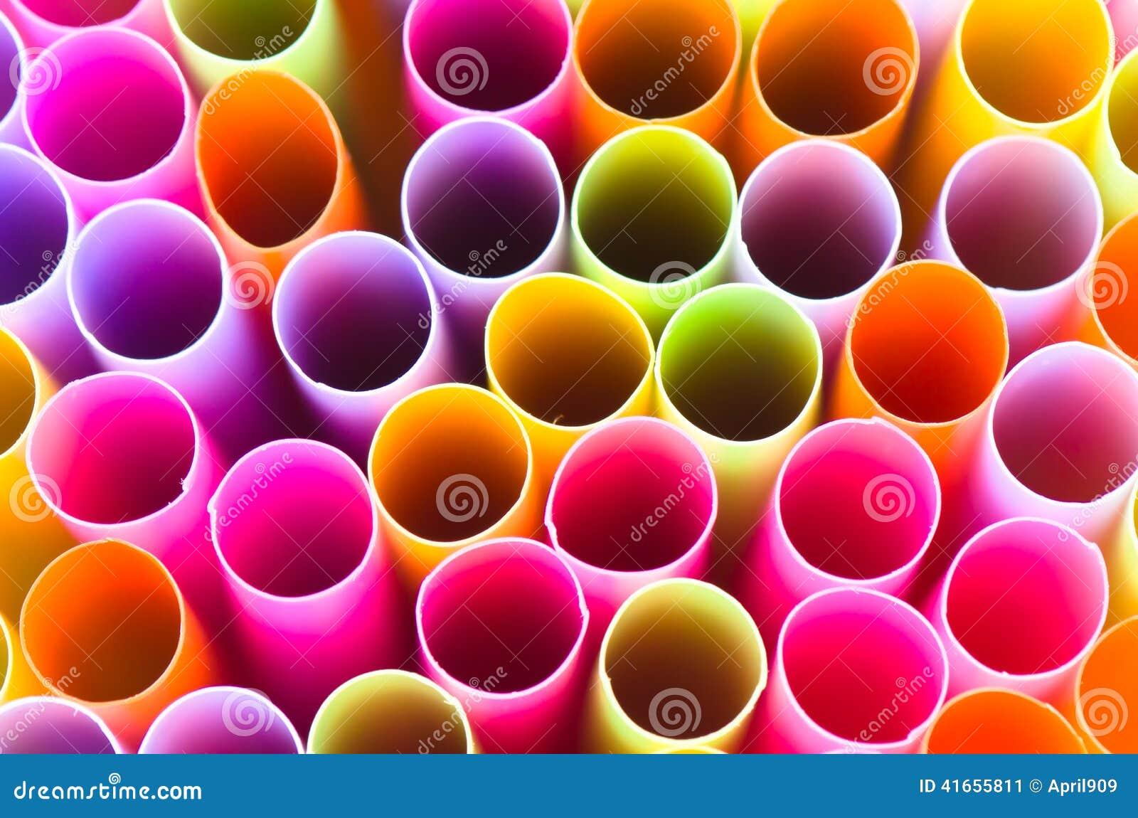 Закройте вверх по красочному предпосылки выпивая соломы