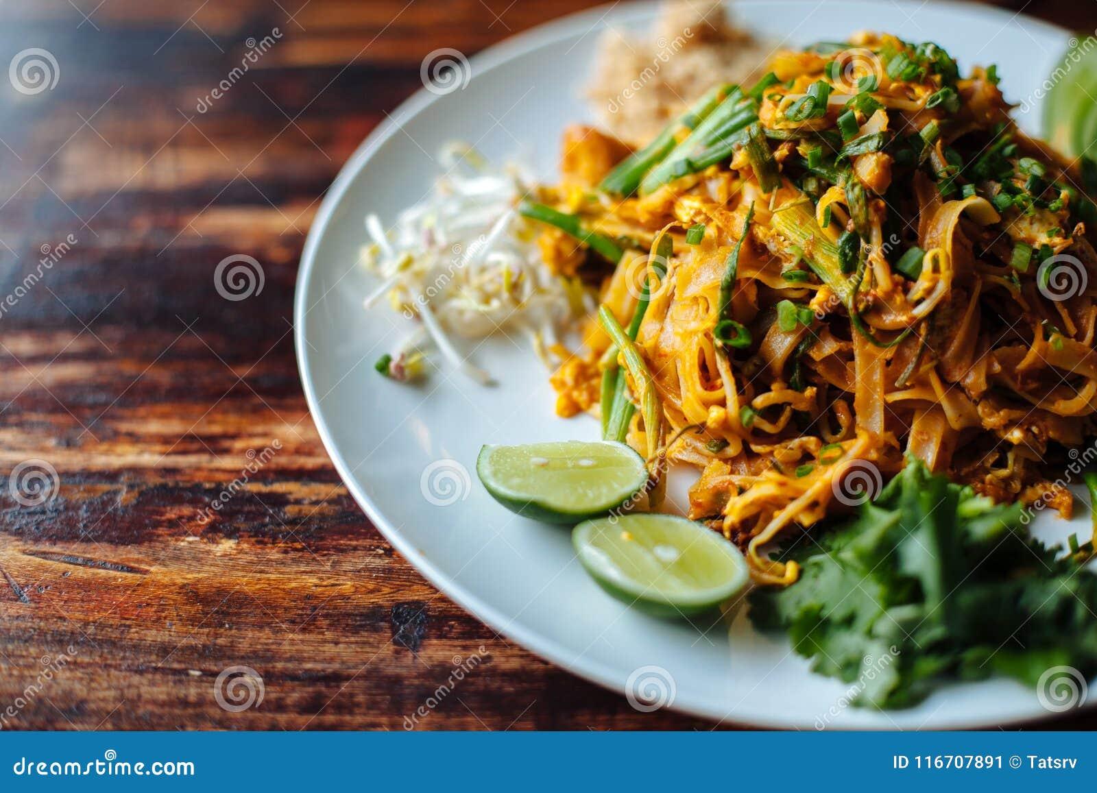 Закройте вверх по лапше Padthai с тофу дыма и смешанным овощем - семенозачатками пшеницы, известкой, огурцом, петрушкой Здоровый