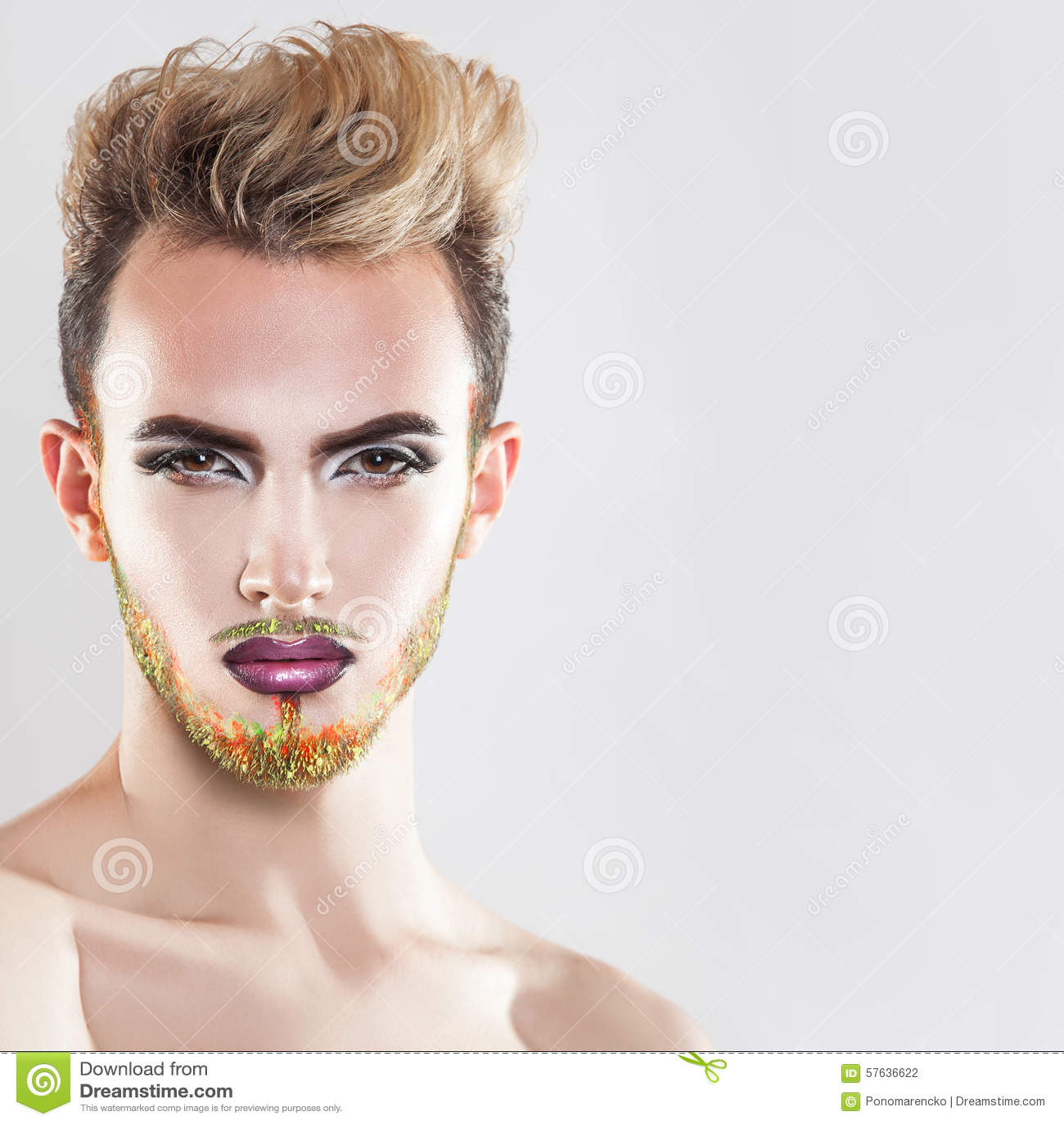 Закройте вверх по портрету красивого человека с здоровой кожей, составом и