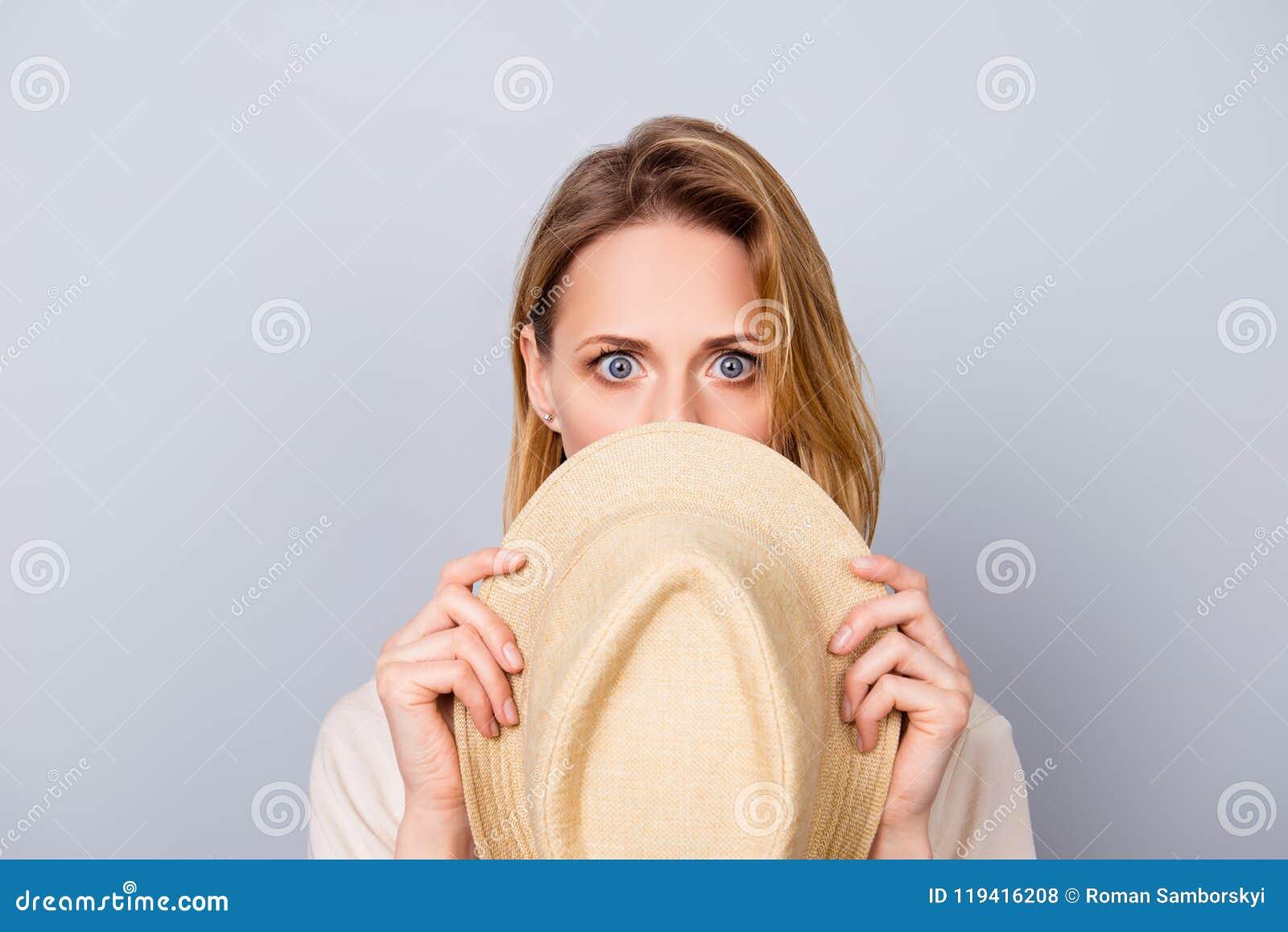 Закройте вверх по портрету милой молодой женщины держа безмолвие и прятать