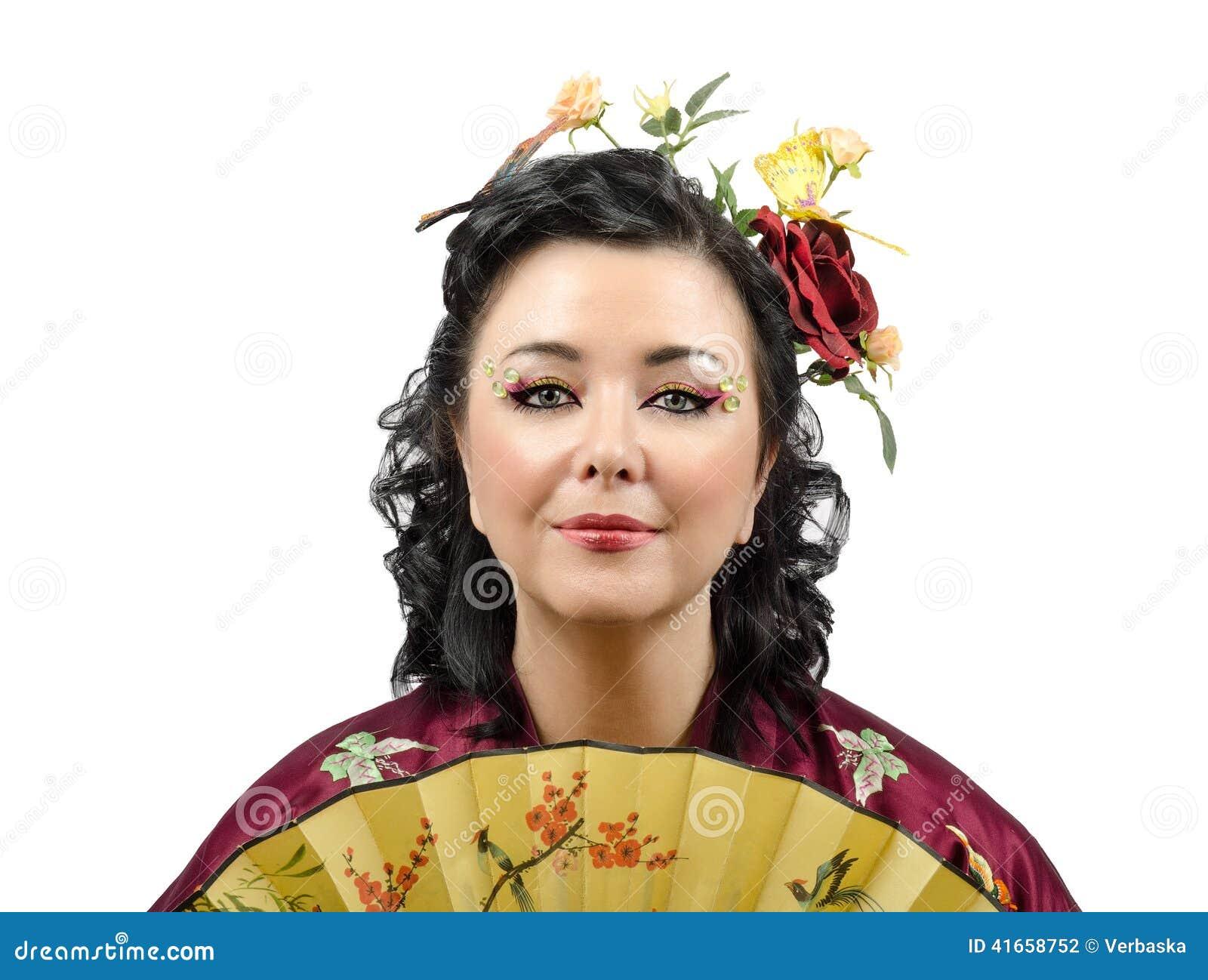 Закройте вверх по портрету стилизованной женщины кимоно с вентилятором
