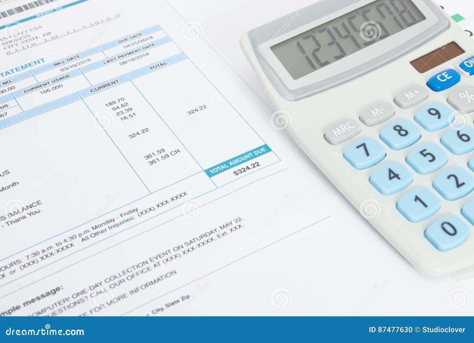 Закройте вверх по студии снятой бесплатных счетов за коммунальные услуги и калькулятора над им