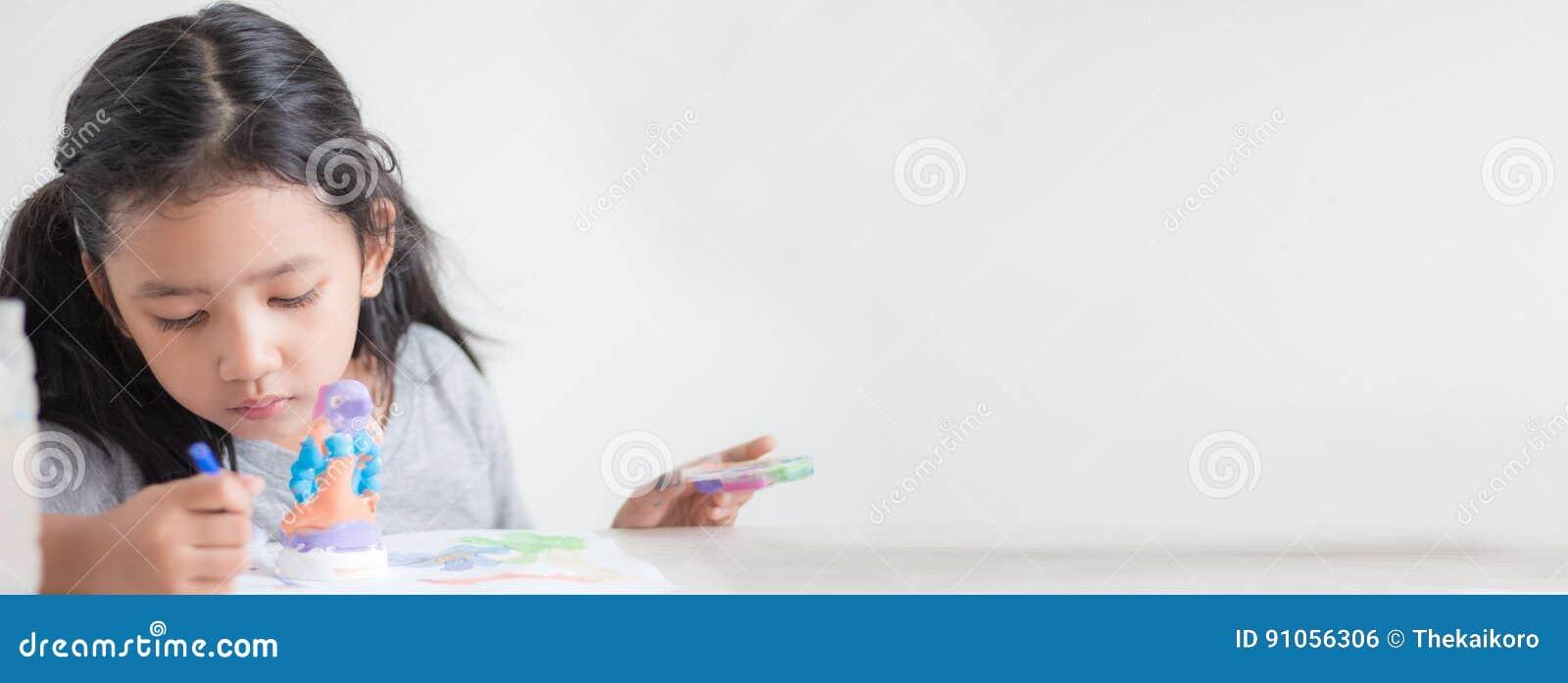 Закройте вверх по съемке азиатского цвета отмелого dept o картины маленькой девочки