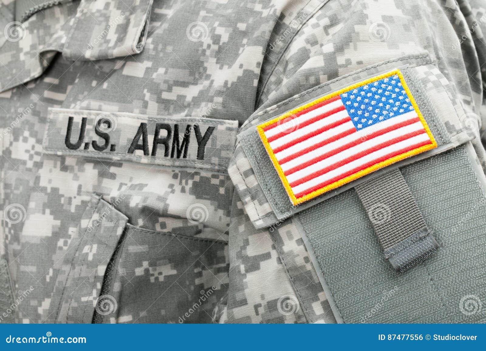 Закройте вверх по съемке студии флага США и u S Заплата АРМИИ на припоях равномерных
