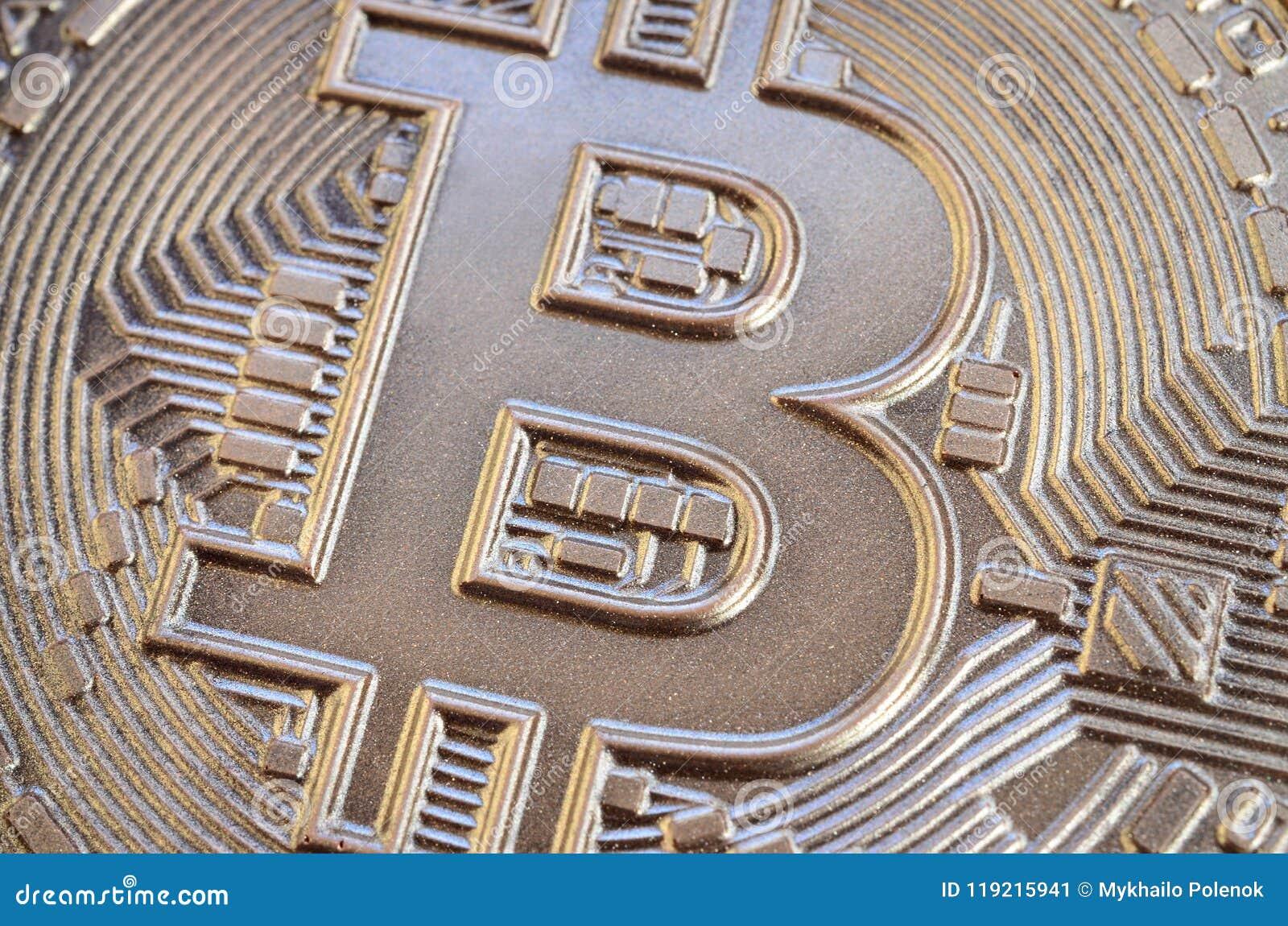 Закройте вверх по съемке физического bitcoin с сияющей поверхностью сброса