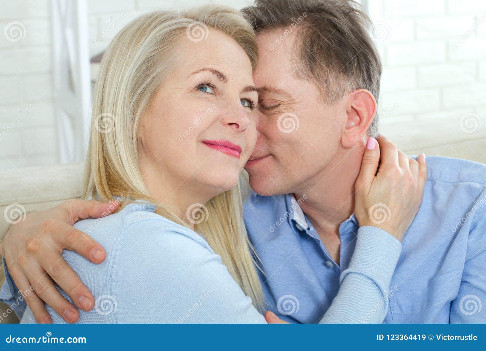 Закройте вверх по фото жизнерадостное excited счастливое счастливо счастливого с женщиной зубастой сияющей улыбки белокурой привл