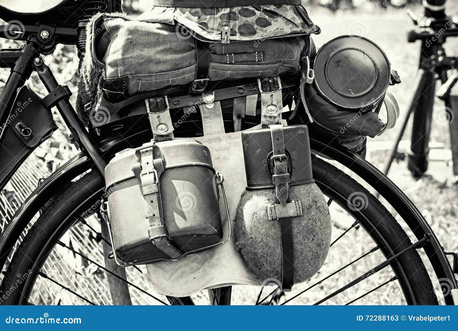 Download Закройте вверх по фото старого воинского велосипеда с оборудованием, чернотой и Стоковое Изображение - изображение насчитывающей спица, устарелый: 72288163