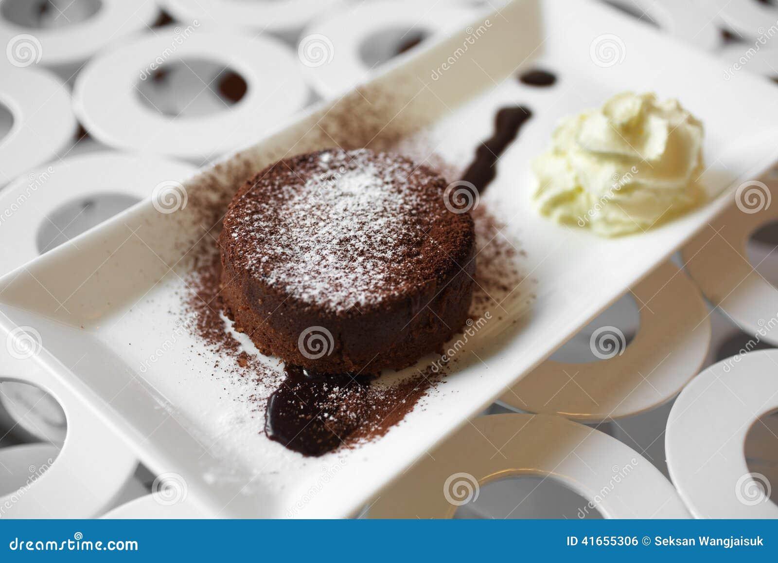Закройте вверх по шоколадному торту и сливк