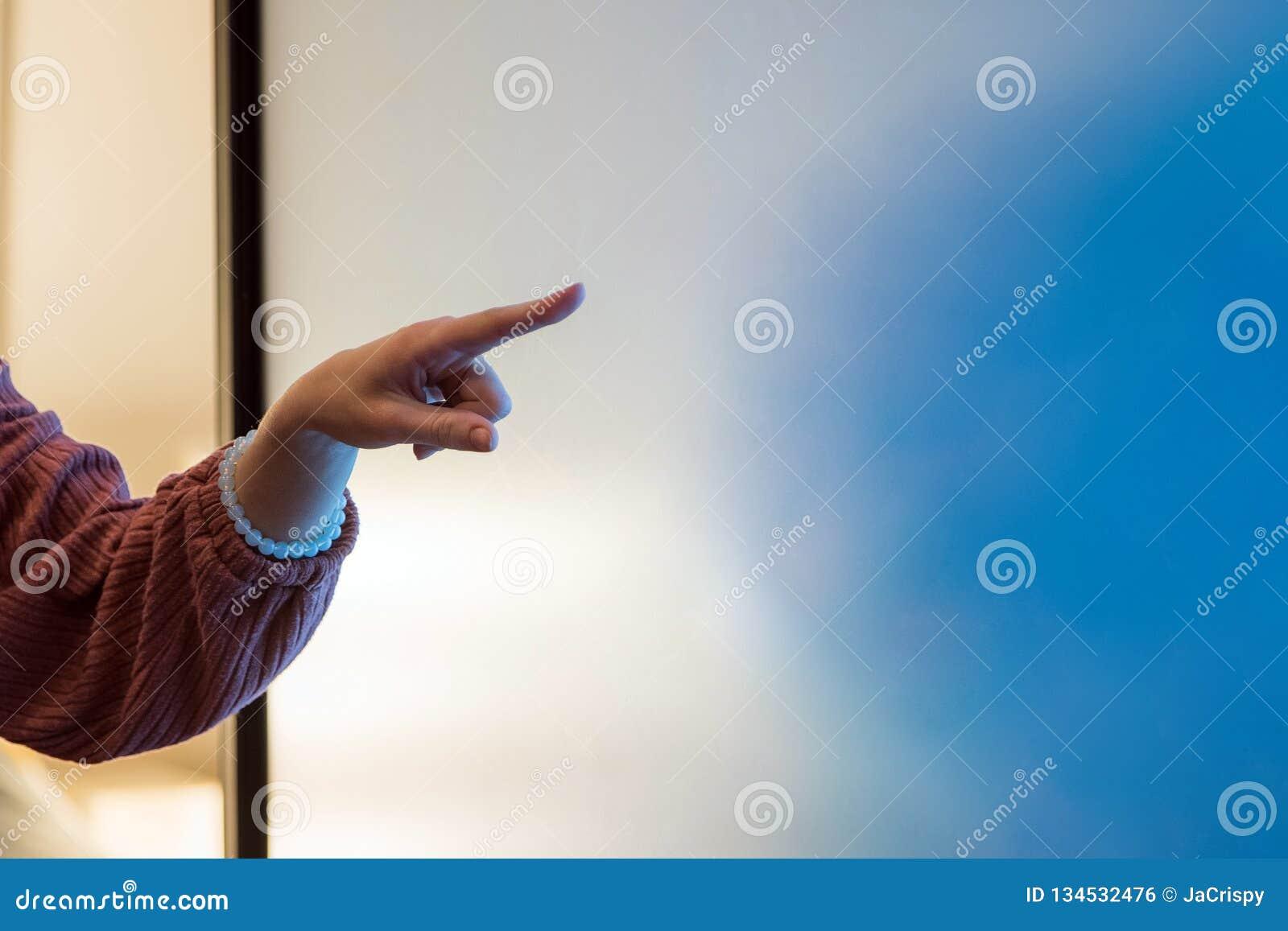 Закройте вверх руки женщины указывая на диаграмму доски сальто на офис, дело, людей и концепцию образования
