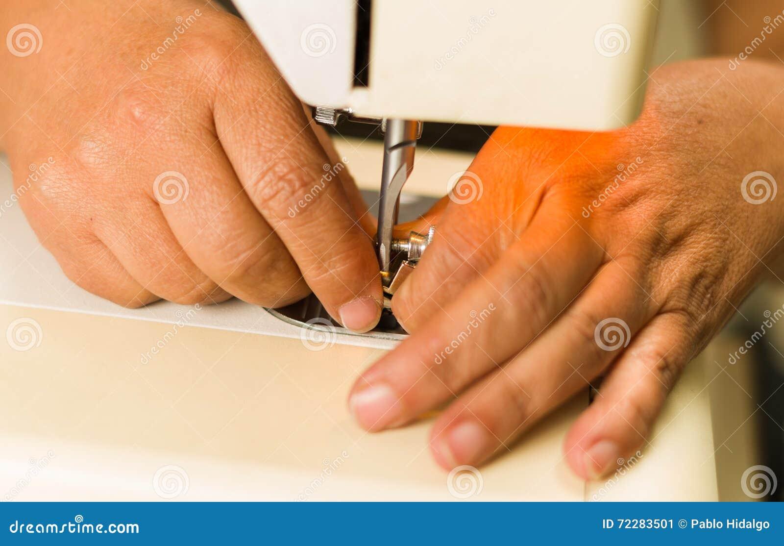 Download Закройте вверх рук делая некоторое расположение к швейной машине, игле и потоку Стоковое Изображение - изображение насчитывающей актиния, материал: 72283501