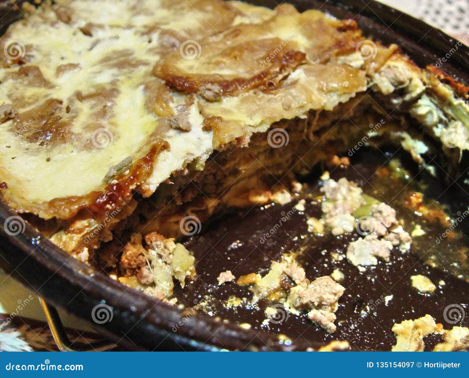 Закройте вверх сваренной еды moussaka домодельной в баке для варить