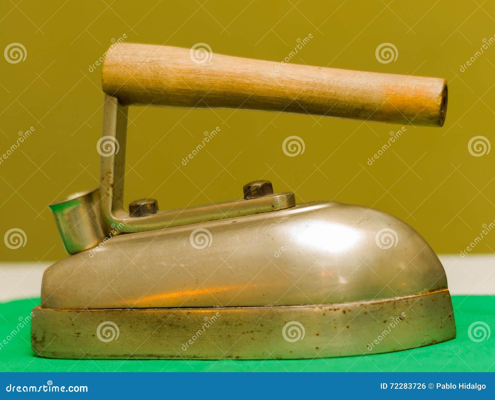 Download Закройте вверх старой железной аппаратуры, сделанный из стали и древесины использование с углем Стоковое Фото - изображение насчитывающей приспособления, тяжело: 72283726