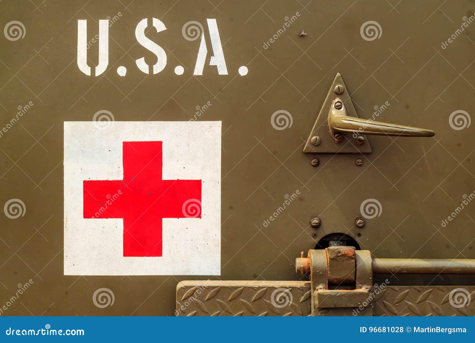 Закройте вверх старой тележки армии США с знаком Красного Креста