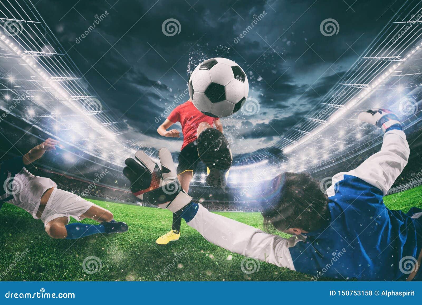 Закройте вверх сцены действия футбола с состязаясь футболистами на стадионе во время спички ночи