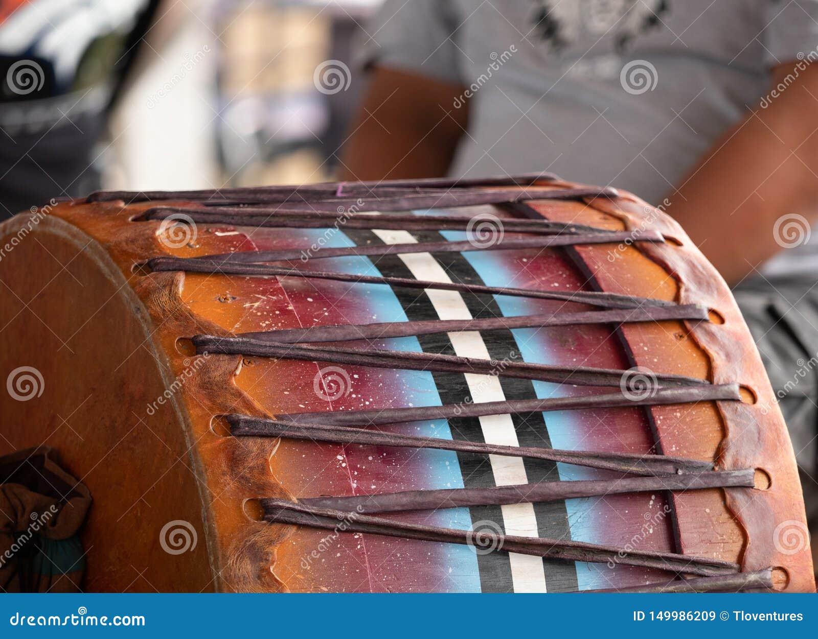Закройте вверх традиционного барабанчика военнопленного вау