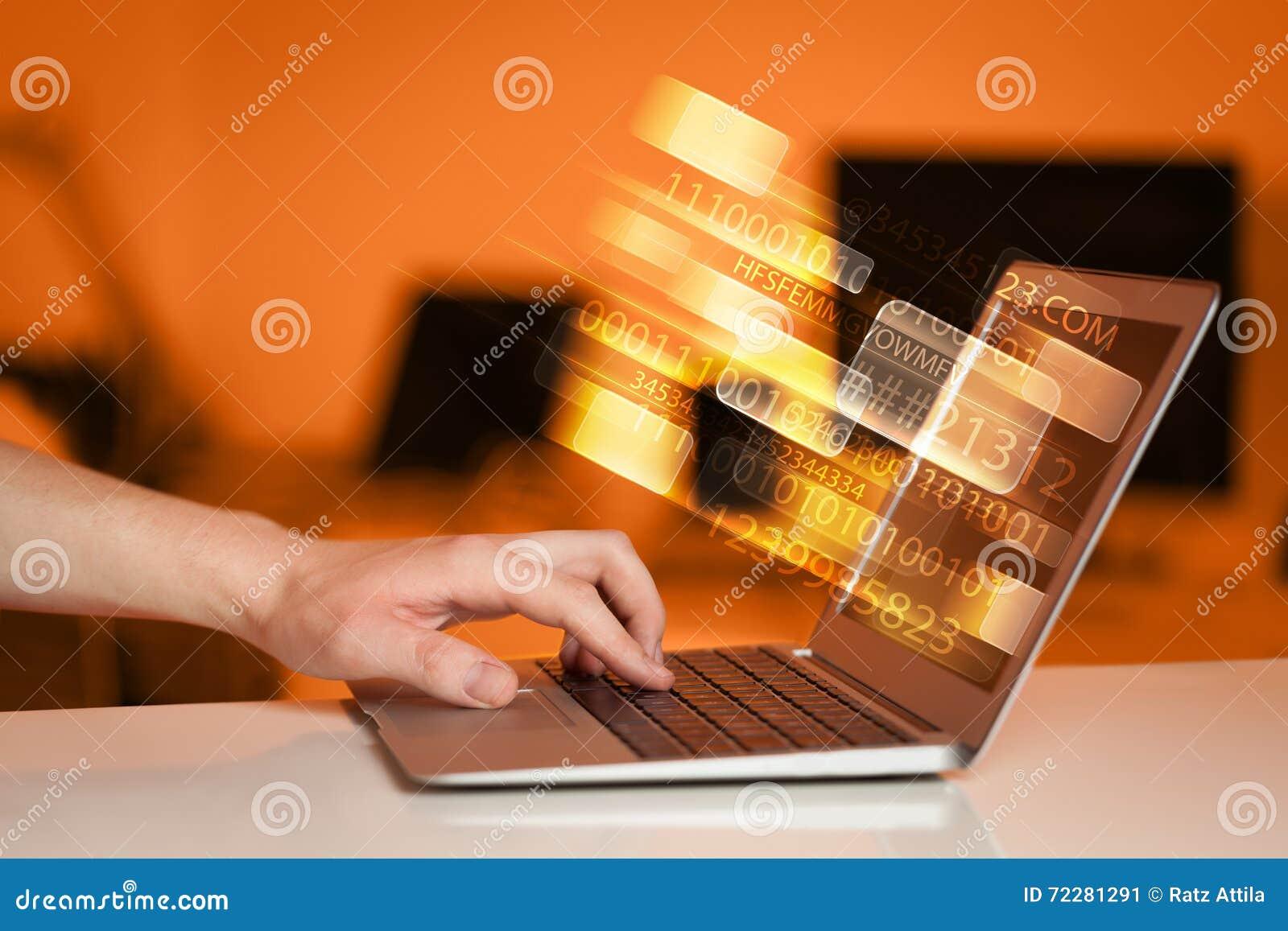 Download Закройте вверх человека печатая на портативном компьютере Стоковое Изображение - изображение насчитывающей backhoe, email: 72281291