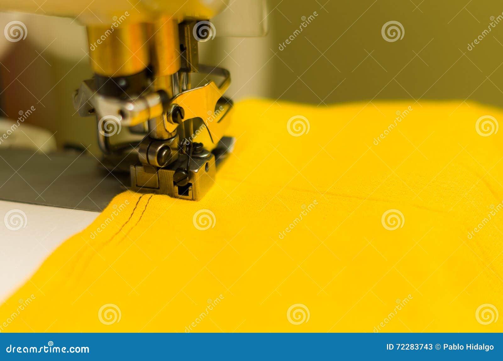 Download Закройте вверх швейной машины делая двойной стежок с черным потоком на желтой ткани Стоковое Изображение - изображение насчитывающей dressmaker, деятельность: 72283743
